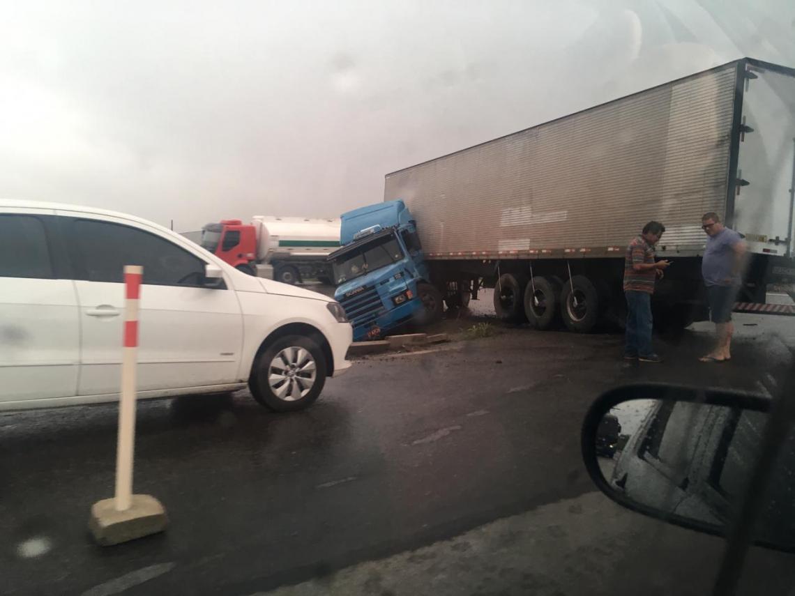 Veículo ficou atravessado na pista