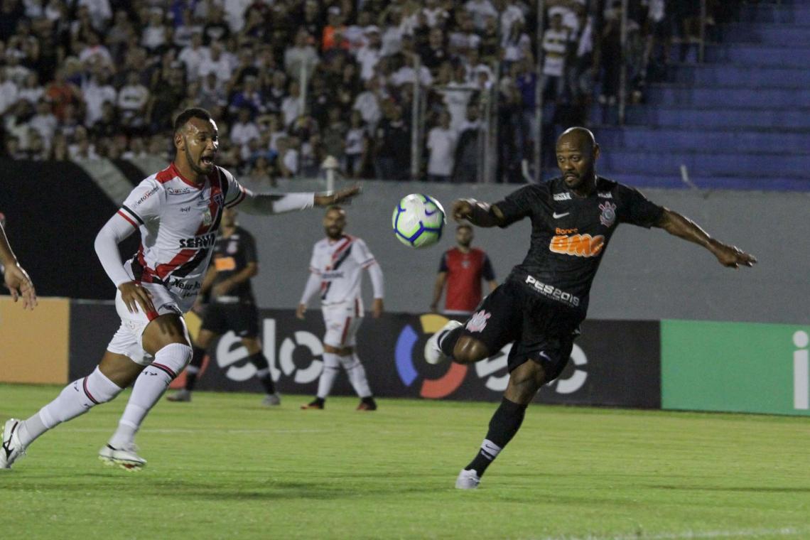 jogador Vagner Love do Corintnians durante a partida entre Ferroviário CE e Corinthians SP, válida pela Copa do Brasil 2019, no Estádio do Café em Londrina (PR), nesta quinta-feira (07).