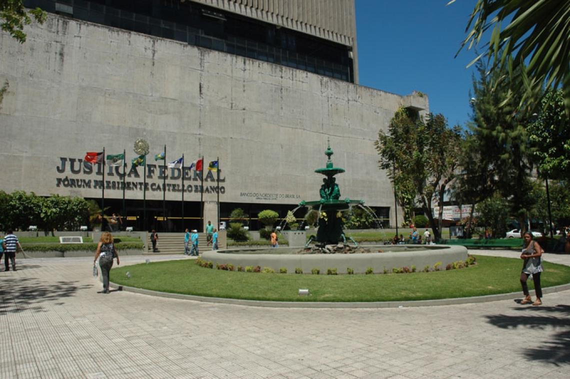 Praça General Murilo Borges, em Fortaleza, e a sede da Justiça Federal no Ceará (Foto: Divulgação/JFCE)