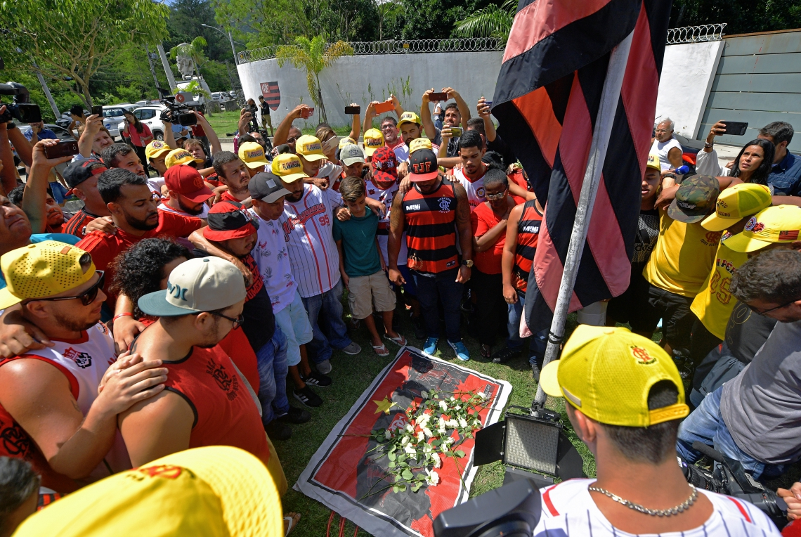 Familiares e torcedores fazem homenagem às vítimas na entrada do Ninho do Urubu, Centro de Treinamento do Flamengo, onde se encontra o alojamento que pegou fogo