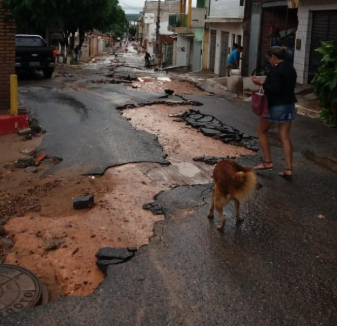 Força das águas da chuva em Tianguá danificaram o asfalto. (Foto: via WhatsApp O POVO)