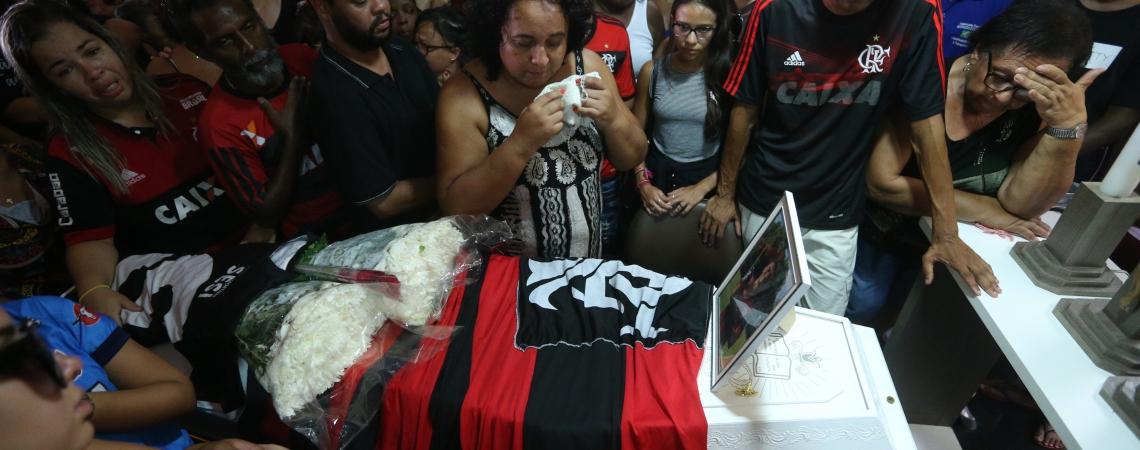 Parentes e amigos velaram o jovem  Arthur Vinicius, 14, em Volta Redonda.