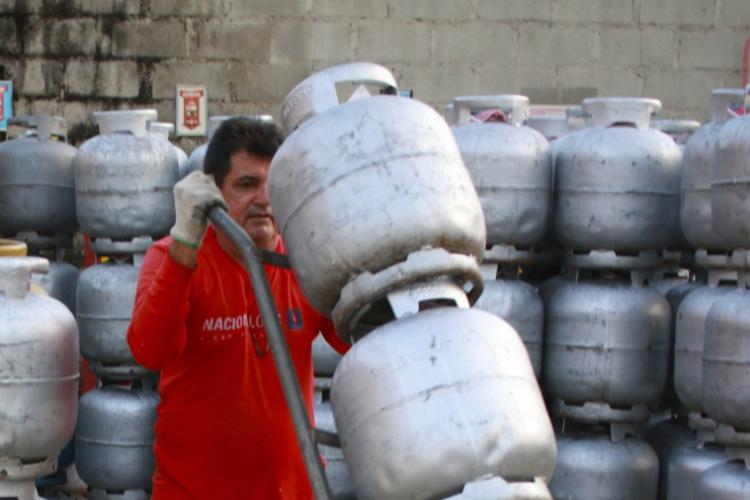 REVENDAS de botijão de gás de cozinha repassam aumento de preços ao consumidor