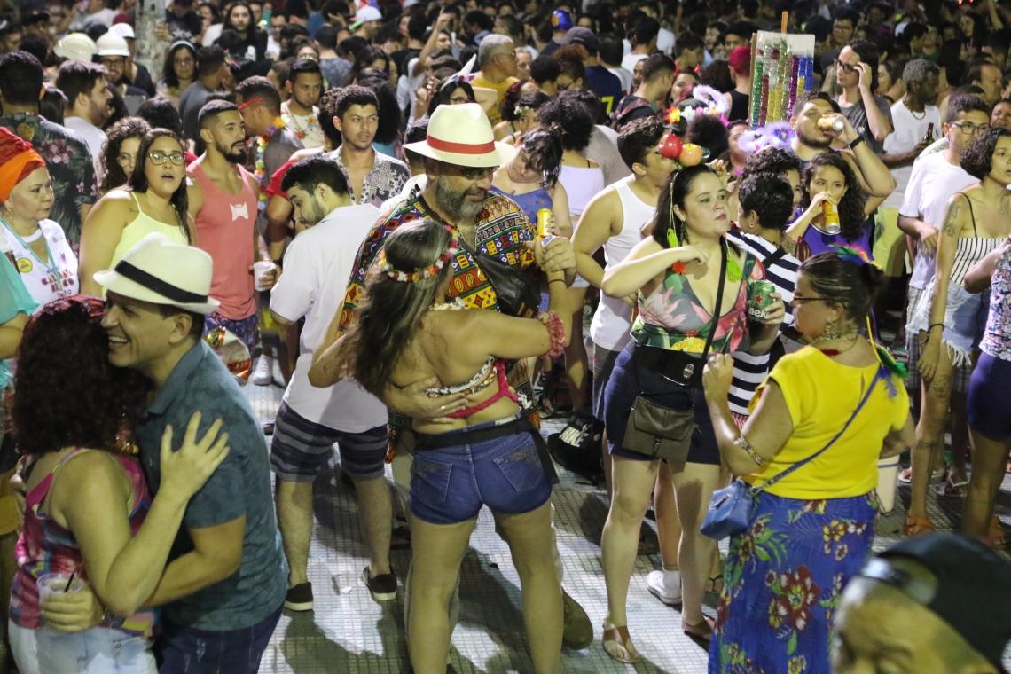 Brincantes parabenizam segurança do Pré-Carnaval, que conta com policiamento reforçado (Foto: Fabio Lima / O POVO)