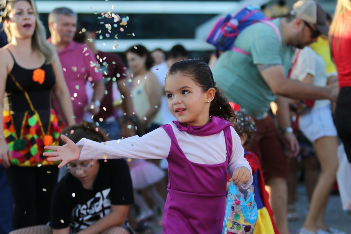Pré-carnaval do Rio Mar agitou a criançada. (Foto: Fabio Lima/O POVO)