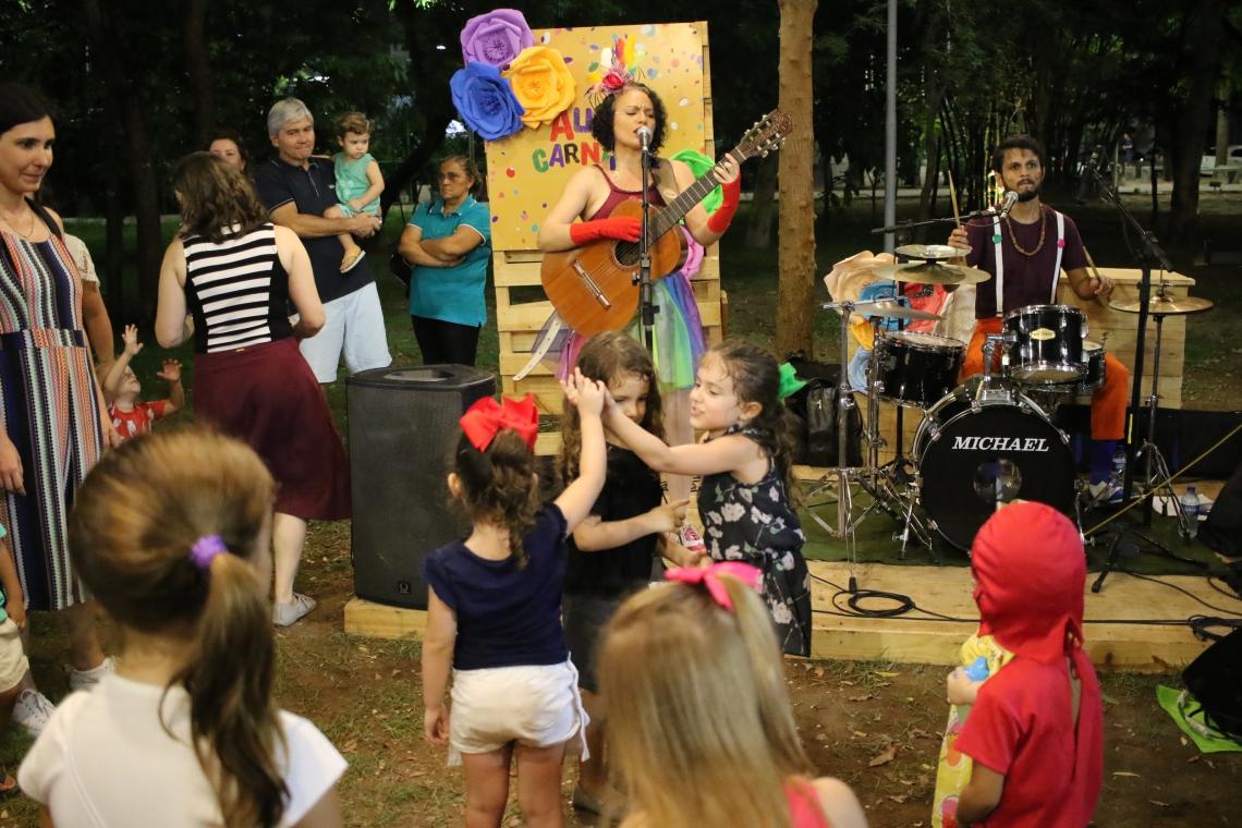 Pré-carnaval na Praça das Flores reuniu adultos e crianças