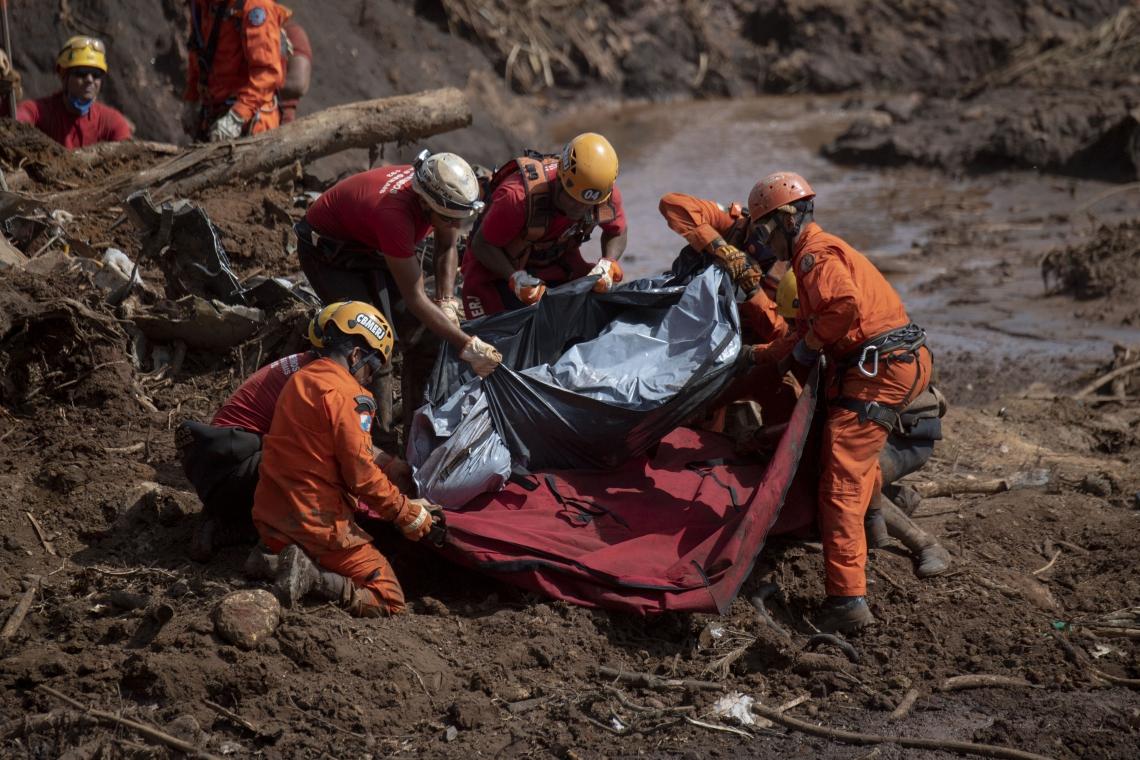 Desde o dia 25 de janeiro bombeiros trabalham nas buscas por vítimas