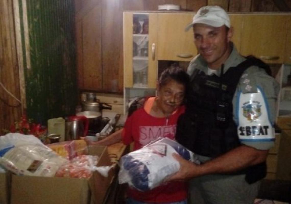 Mesmo no fim do expediente, policiais levaram alimentos para a família (Foto: Divulgação Brigada Militar de Canela).