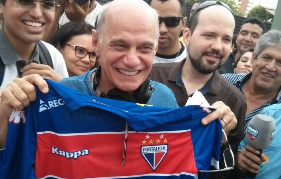 Sorridente, Boechat recebeu camisa de presente do Fortaleza, em 2015