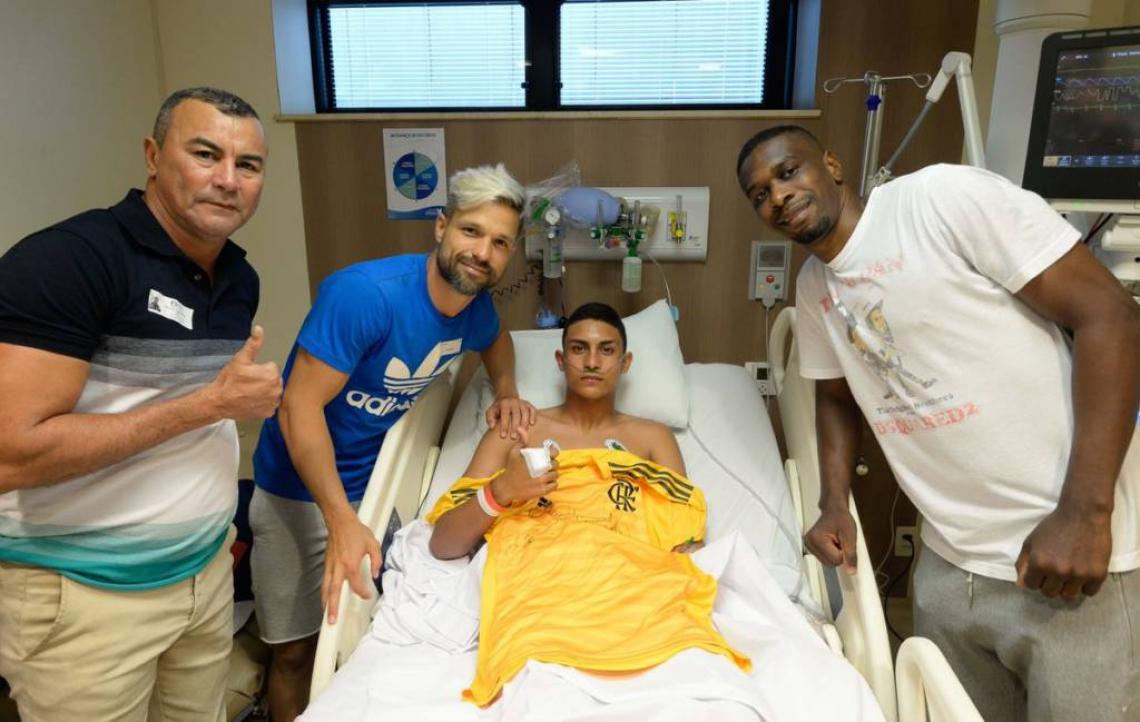 Ao centro, Francisco Dyogo recebeu uma camisa do Fla e o carinho de jogadores como Juan e Diego.
