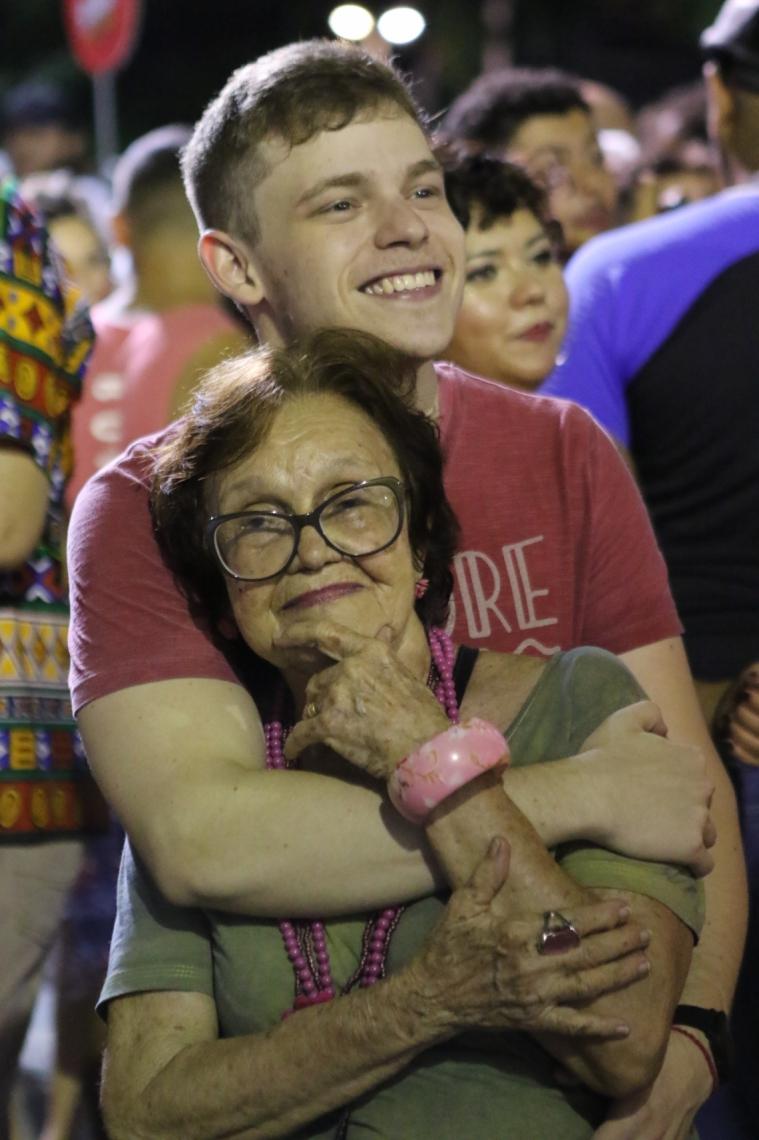 Dona Argentina Meneses e seu neto Nelton Meneses durante Pré carnaval na Praça da Gentilândia
