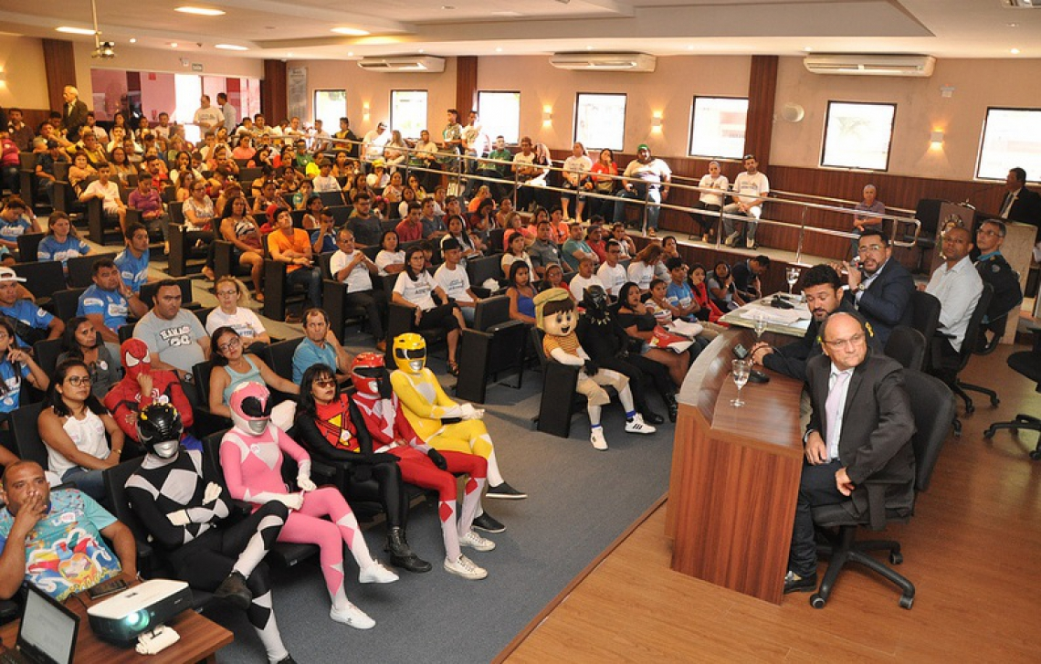 Pessoas com fantasias de super-heróis participaram de audiência pública na Câmara Municipal de Fortaleza. (Foto: reprodução/CMFor)