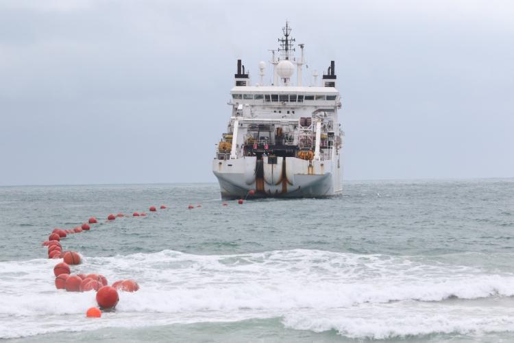 PROCESSO de instalação do cabo submarino da Angola Cables na Praia do Futuro (Foto: FABIO LIMA)