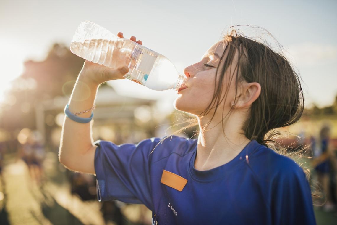 Água é o principal líquido para a hidratação do corpo