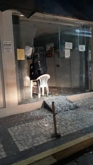 Uma lotérica também foi atacada e ficou com as vidraças quebradas