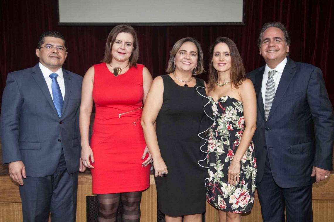 Valdetário Monteiro, Bleine Queiroz, Ana Paula Holanda, Manuela Queiroz e Ricardo Bacelar na cerimônia de posse de novos membros do Instituto dos Advogados do Ceará (IAC), no Teatro Celina Queiroz. Na ocasião, os presentes assistiram à peça