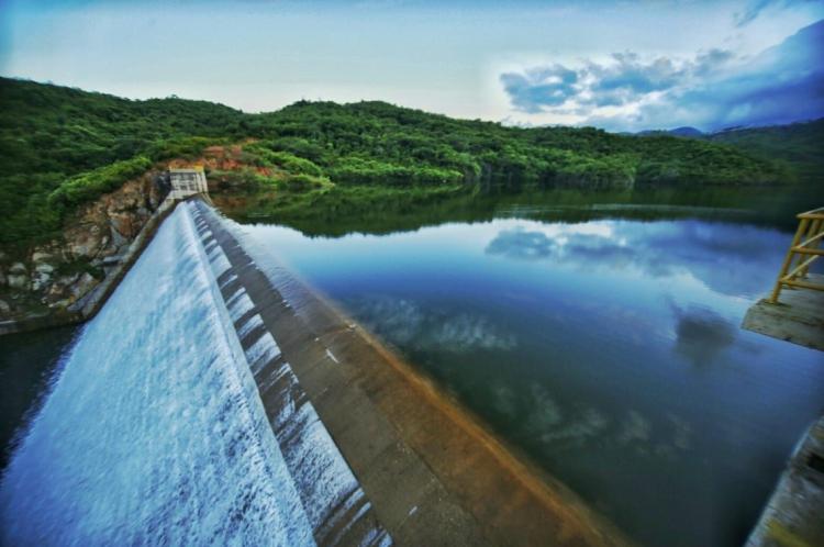 O açude favorece principalmente o abastecimento hídrico dos municípios de Palmácia e Pacoti, na região do Maciço do Baturité.