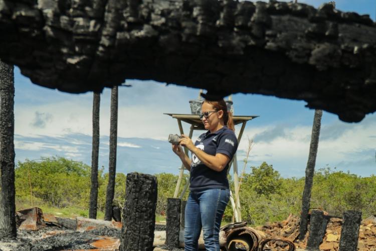 Zenilde Pereira, pedagoga da Estação Ambiental de Requenguela, em Icapuí, percorre o que restou da sede do equipamento