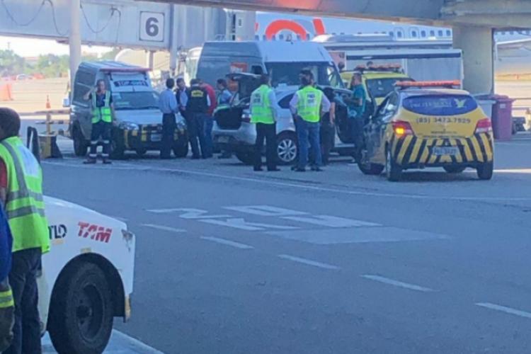 Por um engano na entrada do Aeroporto de Fortaleza, carro invade pista na terça-feira, 12.