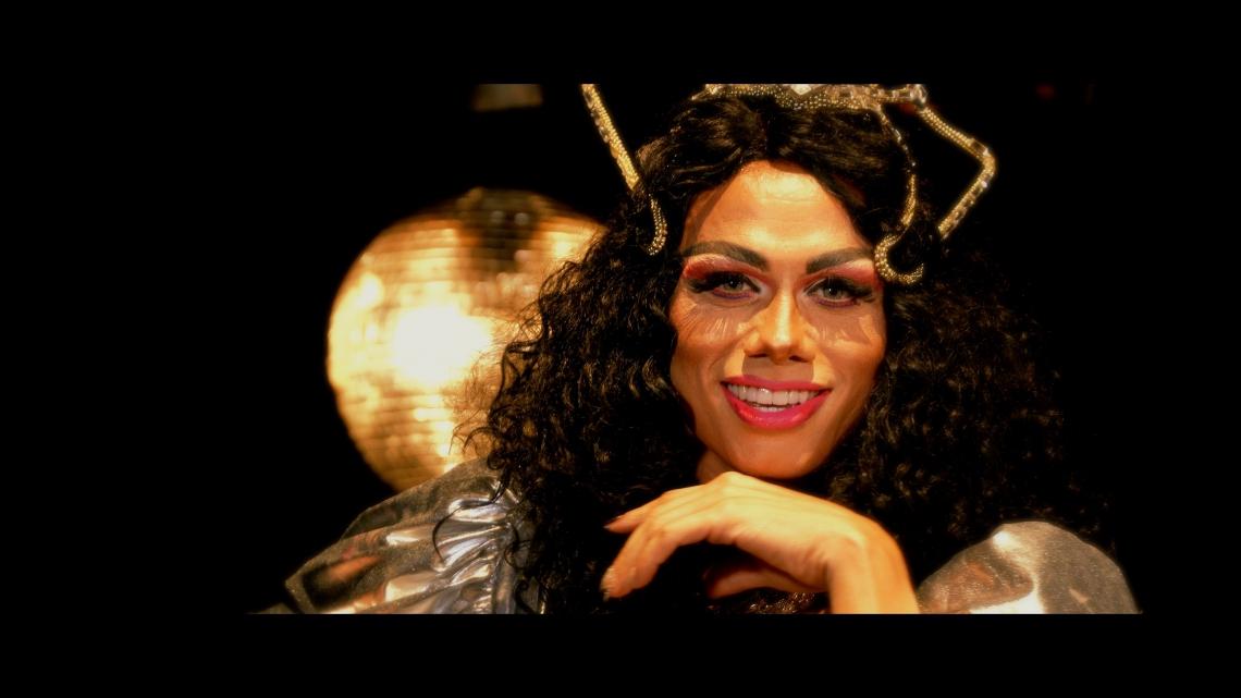 O artista assume a pele de Gisele Almodóvar para entrar no clima de 'Vem', nova música lançada como aposta para o Carnaval (Foto: Divulgação)