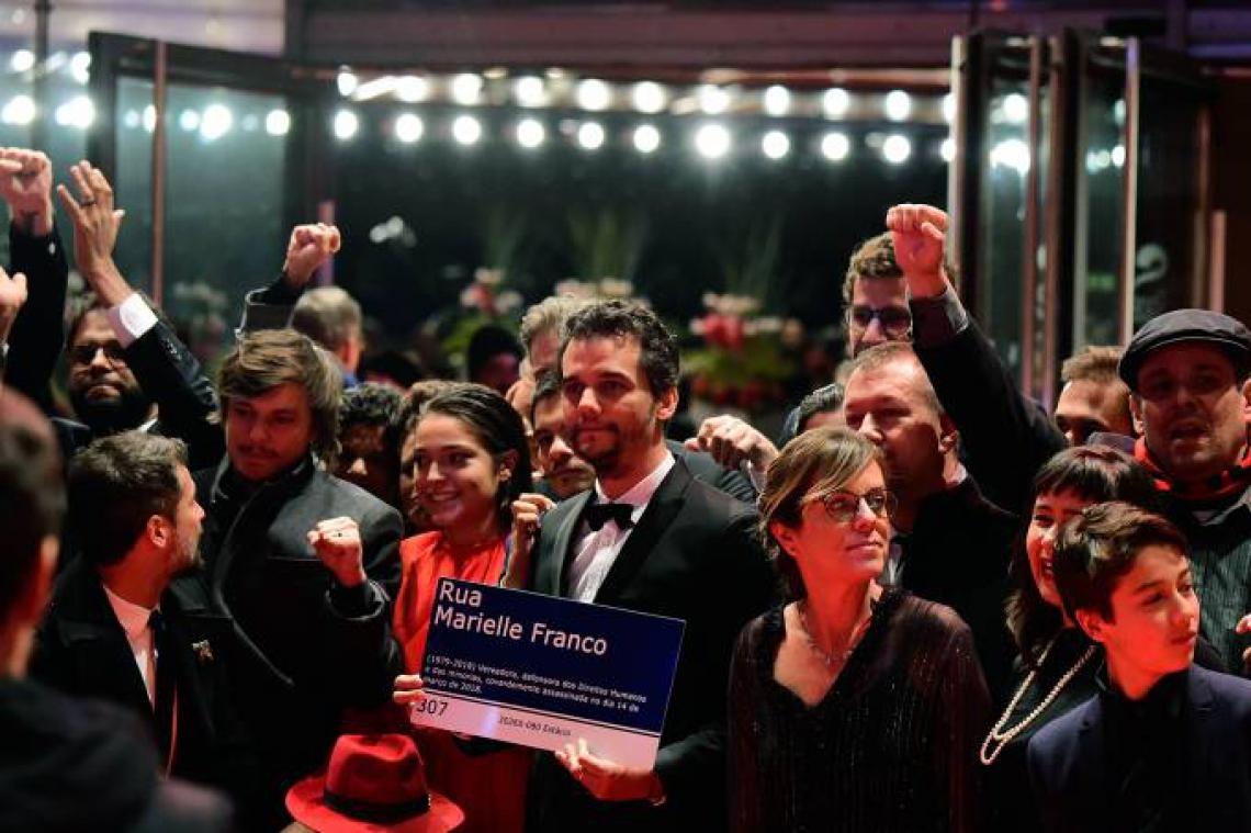 Wagner Moura exibe placa em homenagem a Marielle Franco no Festival de Cinema de Berlim, na Alemanha. (Foto: Tobias Schwarz/AFP)