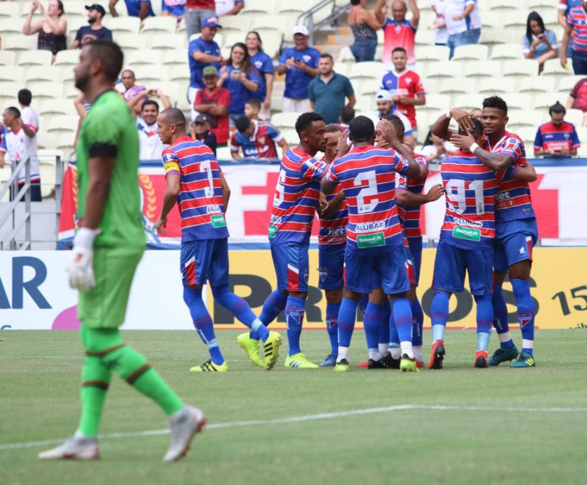 Jogadores do Tricolor celebram o 1° gol do jogo, marcado por Júnior Santos. Foto: Xandy Rodrigues/Divulgação