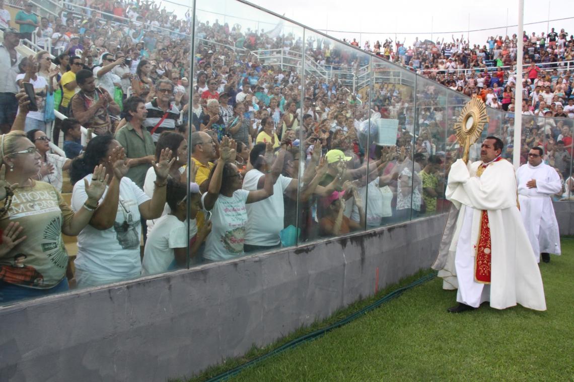 PADRE Antônio Furtado conduziu a Adoração ao Santíssimo Sacramento no PV