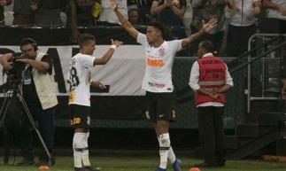Gustavo celebra o gol da vitória do Corinthians sobre o São Paulo ao lado de Pedrinho.
