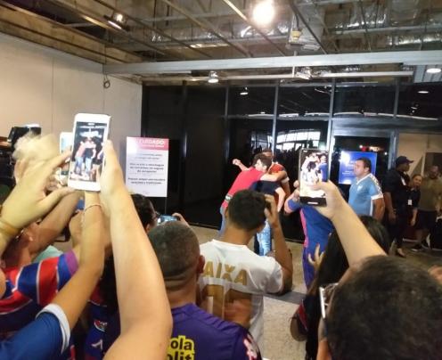Cerca de 40 torcedores estiveram presente no aeroporto para recepcionar Osvaldo