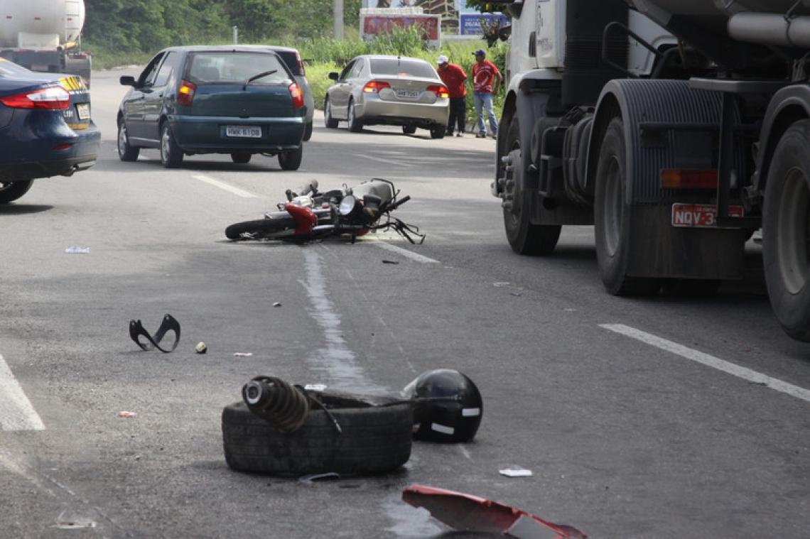 FORTALEZA, CE, BRASIL, 10-04-2014: Destroços de moto após acidente com carro no Km 5 da BR-116, na altura de Messejana. Acidente na BR-116. (Foto: Mauri Melo/O POVO) *** Local Caption *** no
