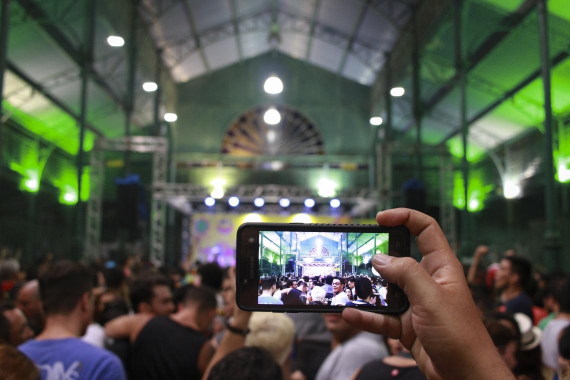 Em época de Carnaval os furtos de celulares aumentam. Multidões e pessoas ávidas para registrar todos os momentos facilitam a ação. (Foto: Tatiana Fortes/ O POVO)