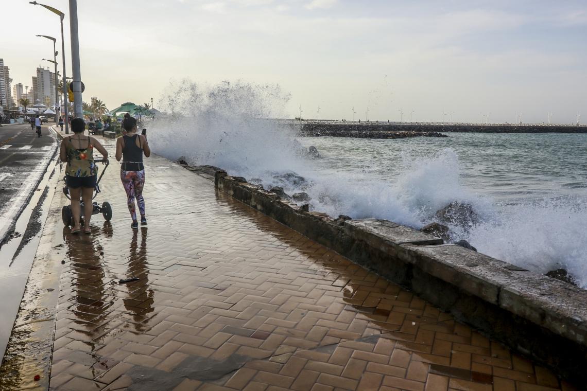 Fortaleza, CE, Brasil, 19-02-2019: Ressaca do mar na Praia de Iracema. (Foto: Mateus Dantas / O Povo)