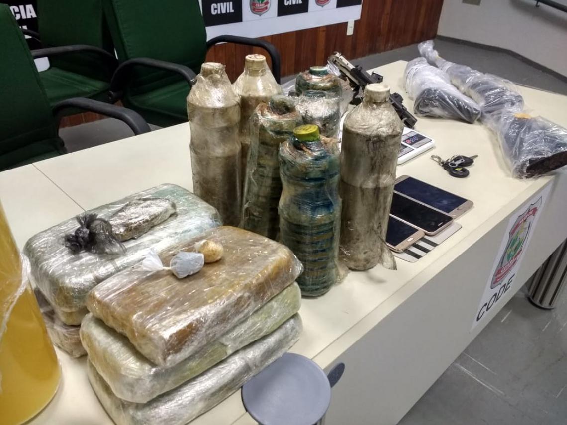 Durante a operação, a Polícia apreendeu drogas e óleo para fabricação do entorpecente.