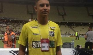 Vestido com a camisa do Ceará, goleiro Dyogo Alves foi acompanhar o jogo do Vovô (Foto: Miguel Brilhante/Rádio O POVO CBN)