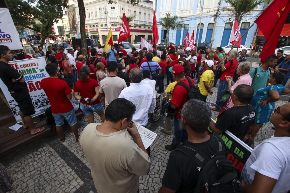 Protesto contra a reforma da Previdência organizado por centrais sindicais aconteceu na Praça do Ferreira. (Foto: Alex Gomes/ Especial para O POVO)
