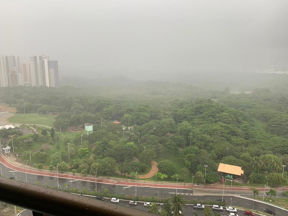 Fortaleza registra chuvas desde as primeiras horas desta manhã. ( Foto: Antenor Naspolini )