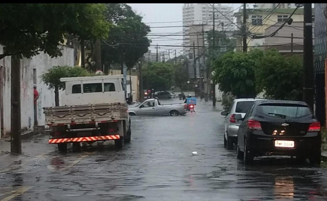 Água acumulada no cruzamento das ruas Afonso Celso e Monsenhor Bruno, na Aldeota