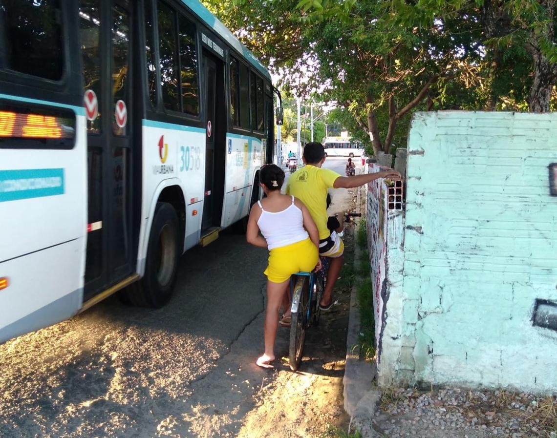 Em trecho da rua Nelsom Coelho, no bairro Lagoa Redonda, a ausência de calçada coloca pedestres e ciclistas em perigo.