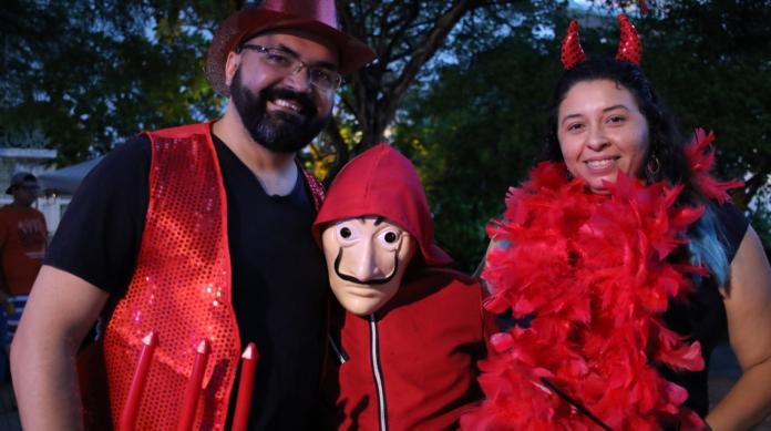 Família foi fantasiada para a terceira edição do evento. Da esquerda para a direita: Paulo Maranhão, Paulo Filho e Andréa Vasconcelos.
