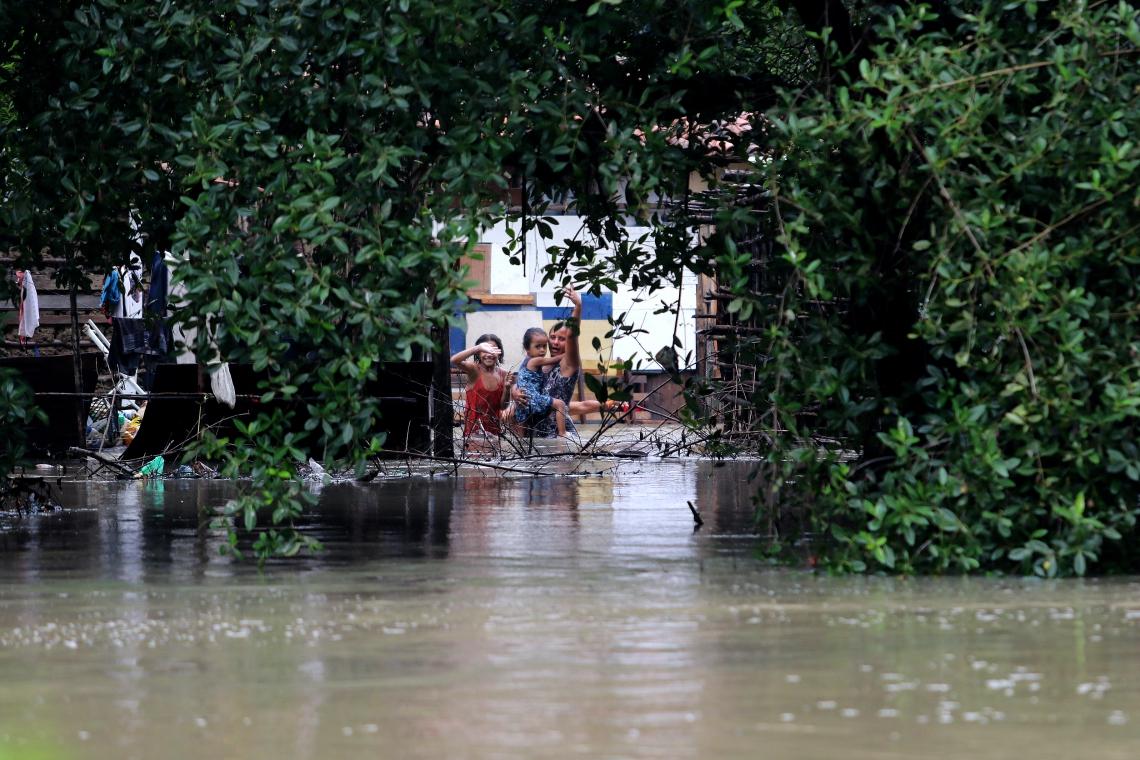Fortes chuvas aumentam o volume do Rio Ceará e causam alagamentos na comunidade dos Tapeba (Foto: FABIO LIMA/O POVO)