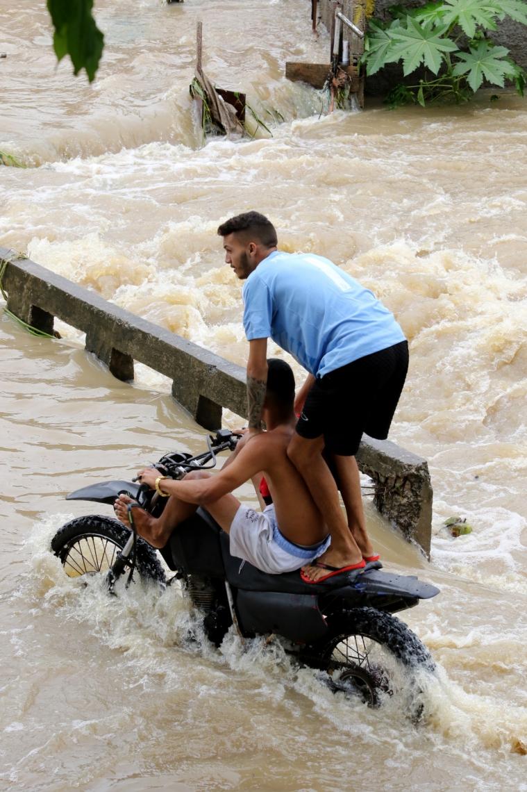 Fortes chuvas causaram alagamentos no bairro Picuí (Foto: Fabio Lima/O POVO)