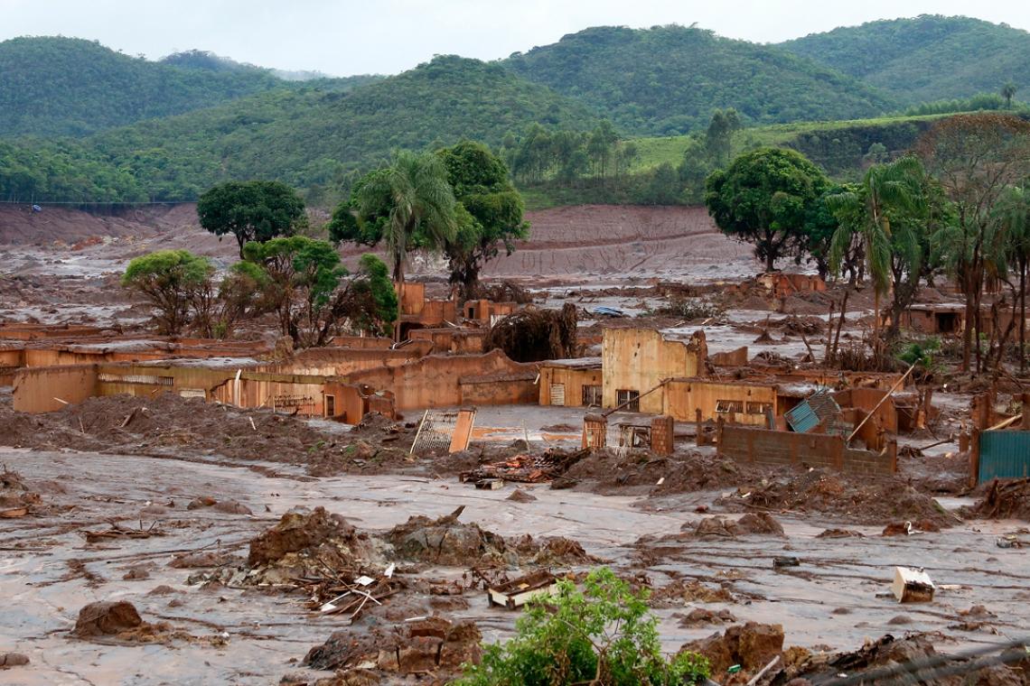 O rompimento da barragem de rejeitos da mineradora Samarco, cujos donos são a Vale a anglo-australiana BHP, causou uma enxurrada de lama que inundou várias casas no distrito de Bento Rodrigues, em Mariana, na Região Central de Minas Gerais. Inicialmente, a mineradora havia afirmado que duas barragens haviam se rompido, de Fundão e Santarém. No dia 16 de novembro, a Samarco confirmou que apenas a barragem de Fundão se rompeu..Local: Distrito de Bento Rodrigues, Município de Mariana, Minas Gerais...