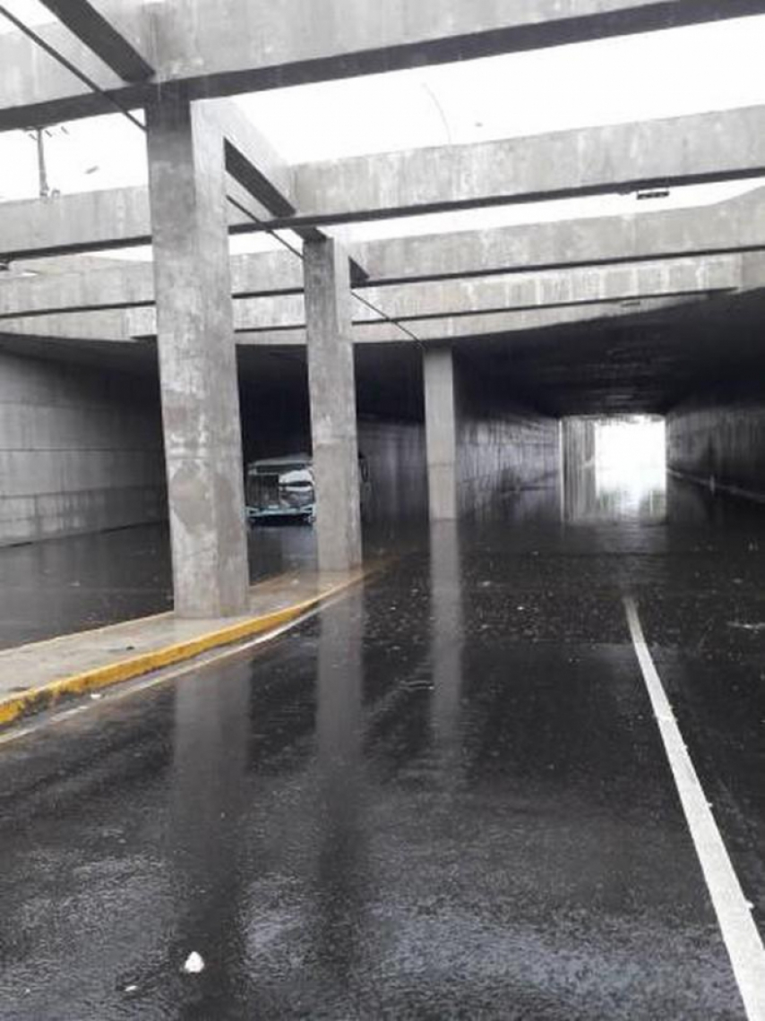 Túnel da Borges de Melo amanheceu alagado. Ônibus teve problema ao passar pelo local