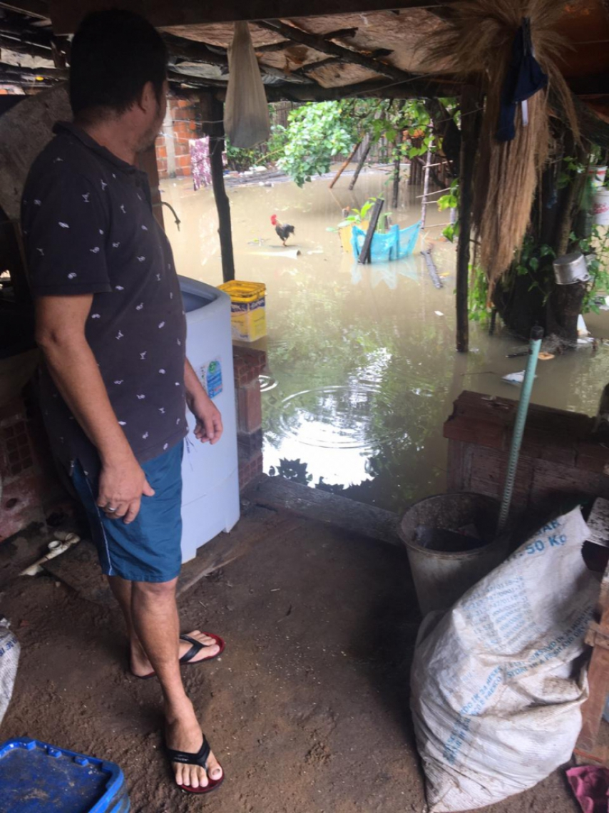 Casas de moradores de Caucaia ficaram alagadas após alta do rio Ceará