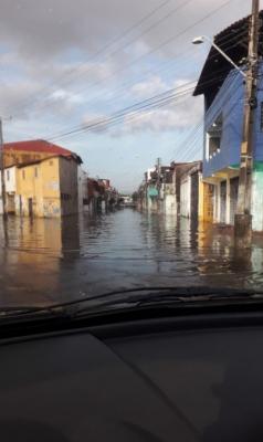 Ruas da Aerolândia ainda registram alagamento (Foto: WhatsApp/O POVO)