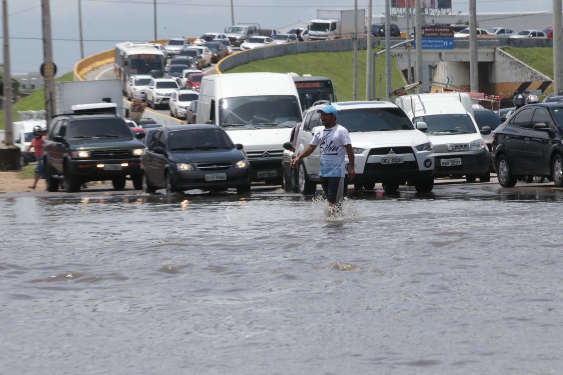 Desde o fim de semana, quando Fortaleza registrou a maior chuva do ano até então, parte da via ficou com alto volume de água. (Gustavo Simão/ Especial para O POVO)