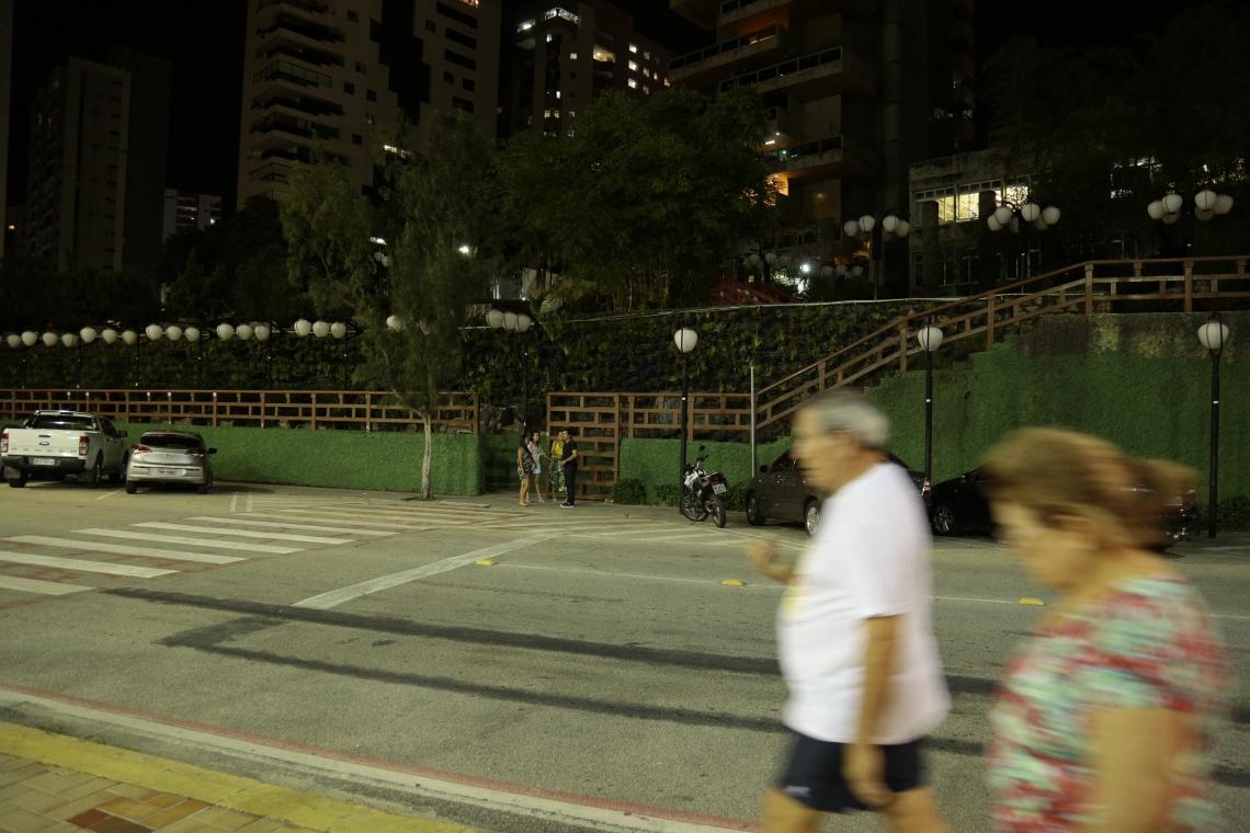 Jardim Japonês sem iluminação, nesta segunda, na Avenida Beira Mar. (Foto: Aurélio Alves/O POVO)