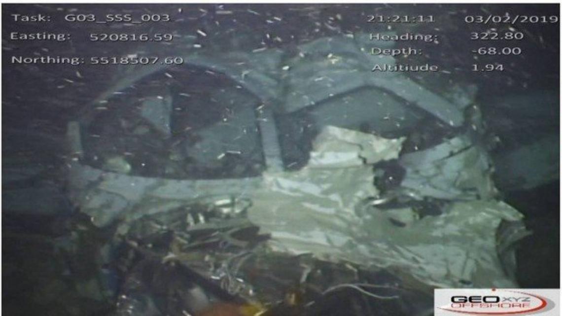 Foto de destroços do avião no fundo do mar (Foto: Divulgação/AAIB)