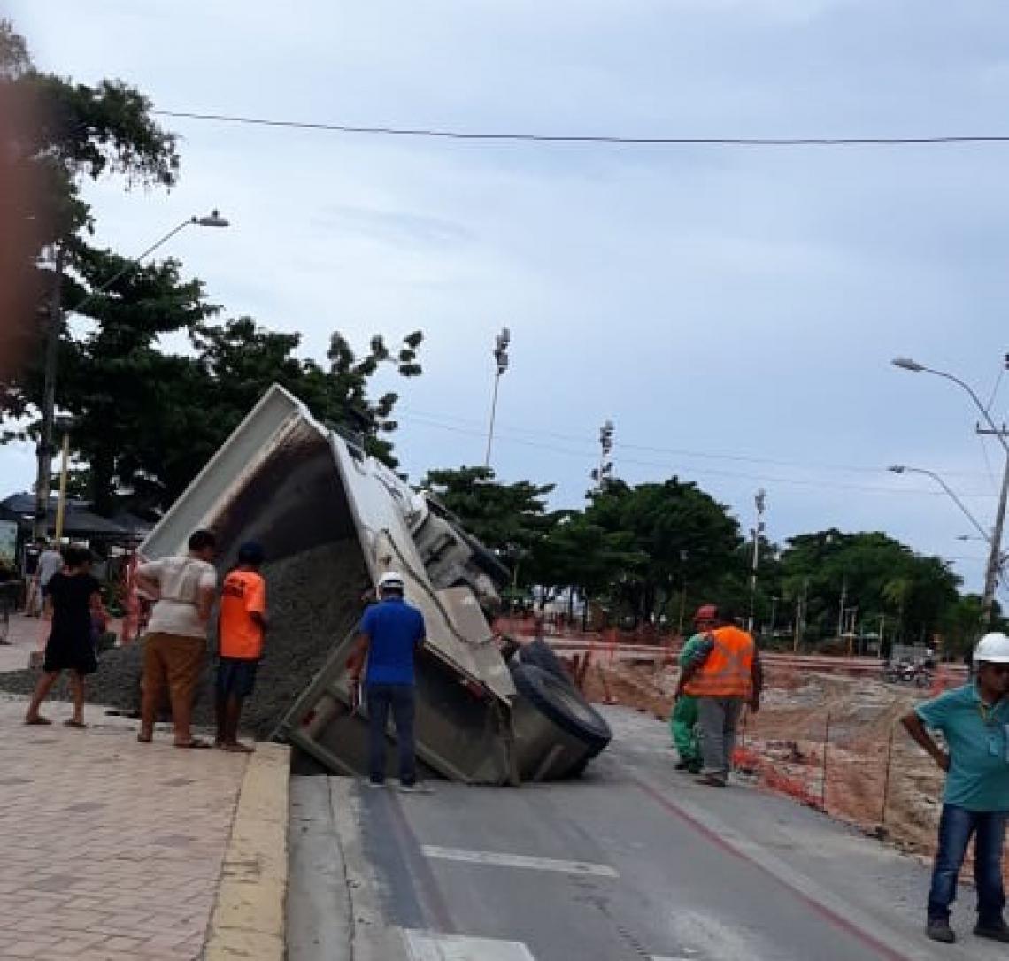 Caminhão cai em cratera na Beira Mar após tombar