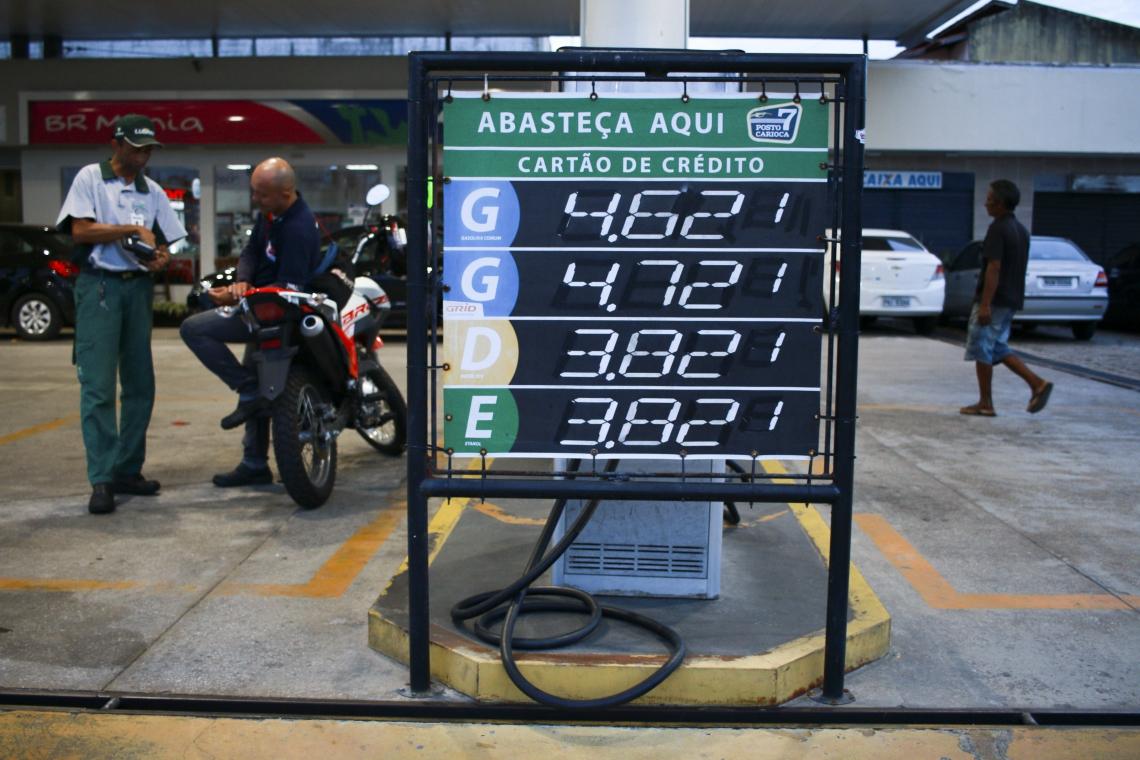 Posto na Alberto Craveiro cobra R$ 4,62 no cartão de crédito. (Foto: Tatiana Fortes/O POVO)